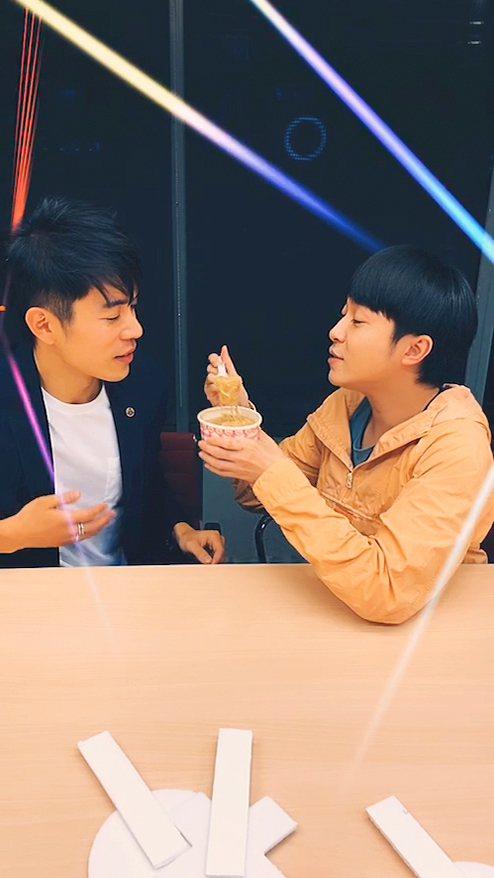 吳青峰與家凱一起於ig直播,宣傳合作新歌「線的記憶」。圖/環球提供