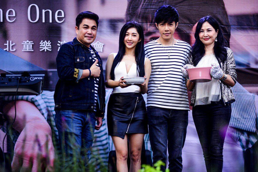 童立安(右二)開唱,于台煙、王晴與林智賢站台打氣,展現他的好人緣。圖/星火映畫提