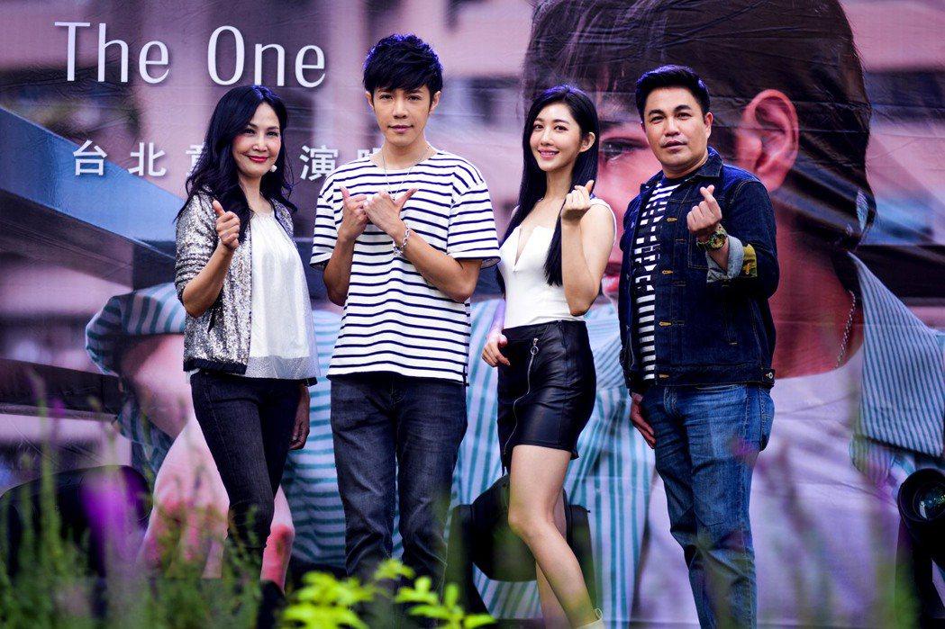 童立安(左二)開唱,于台煙、王晴與林智賢站台打氣,展現他的好人緣。