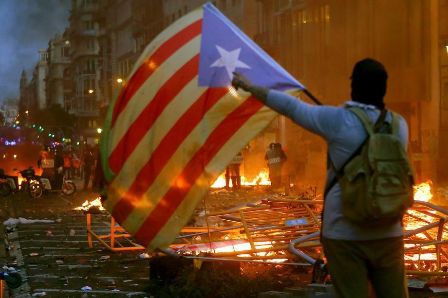 巴塞羅那爆發了一天的大規模抗議活動,許多蒙面示威者縱火焚燒公共設施。圖/歐新社