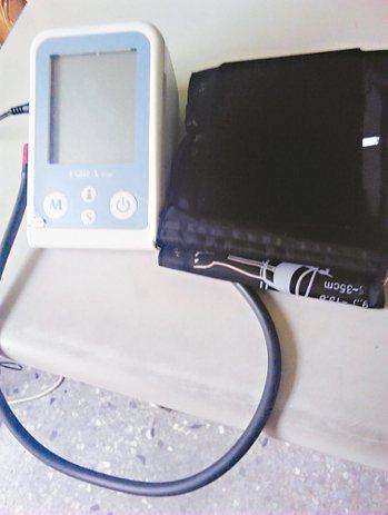 去年我就用敬老金買一台血壓計。我不吃任何保健食品,但血壓計可幫我監控血壓。 圖/...