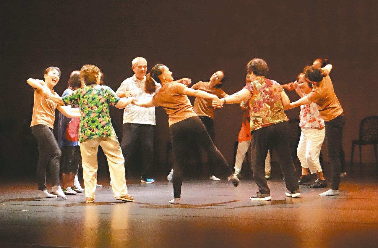 老少共舞,每位舞者賣力演出,把最好一面呈現給觀眾。 圖/蔡維斌攝影