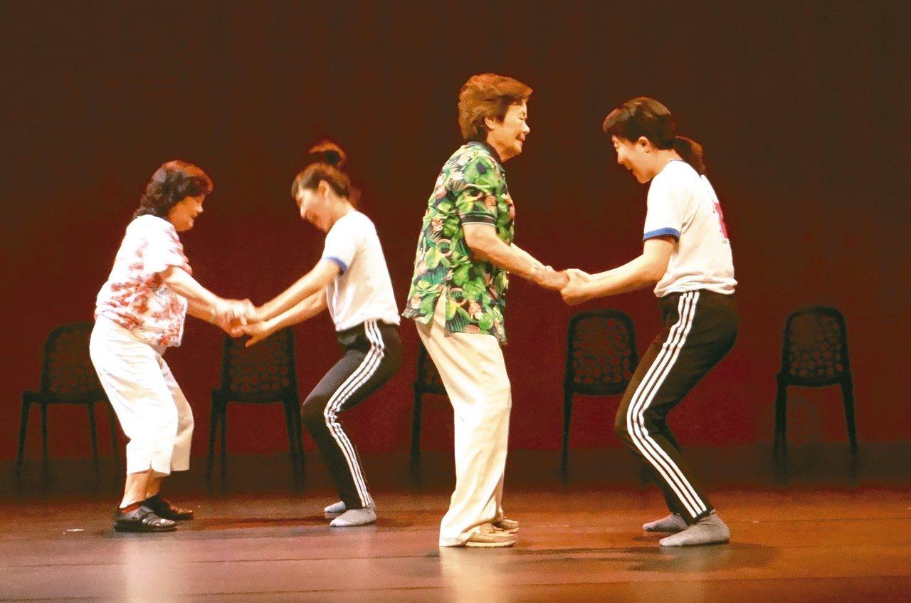 阿嬤在年輕舞者的帶領下跳舞,覺得自己又年輕一次。 圖/蔡維斌攝影