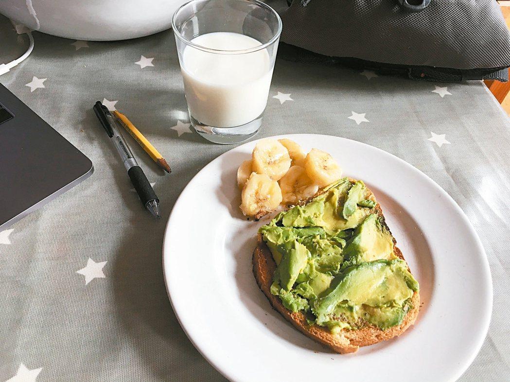 英國健康與健身網站Healthista營養學主任海耶提出酪梨等9種抗老化食物。 ...