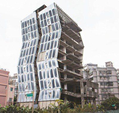 新北市林口區文化一路廢棄20餘年的大樓,造型如同閃電,被稱為「閃電大樓」。 記者...