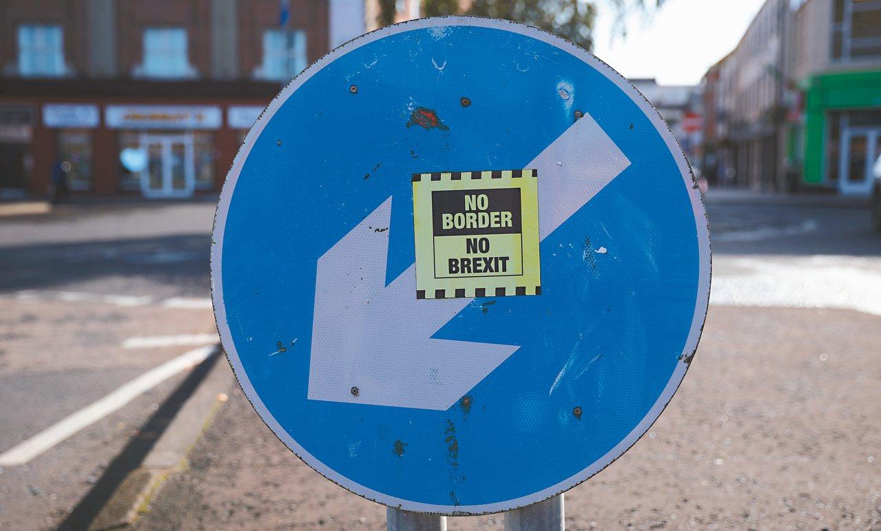 愛爾蘭靠近英國北愛邊界一個交通標誌上,十六日貼著貼紙「不要硬邊界,不要英國脫歐」...
