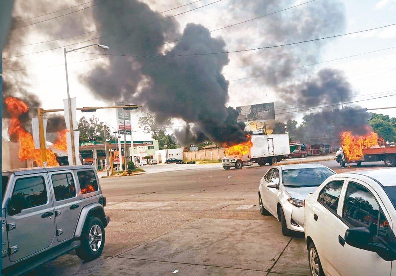 墨西哥安全部隊於十七日在古里亞坎市拘捕大毒梟「矮子」古茲曼之子,和販毒集團成員發...