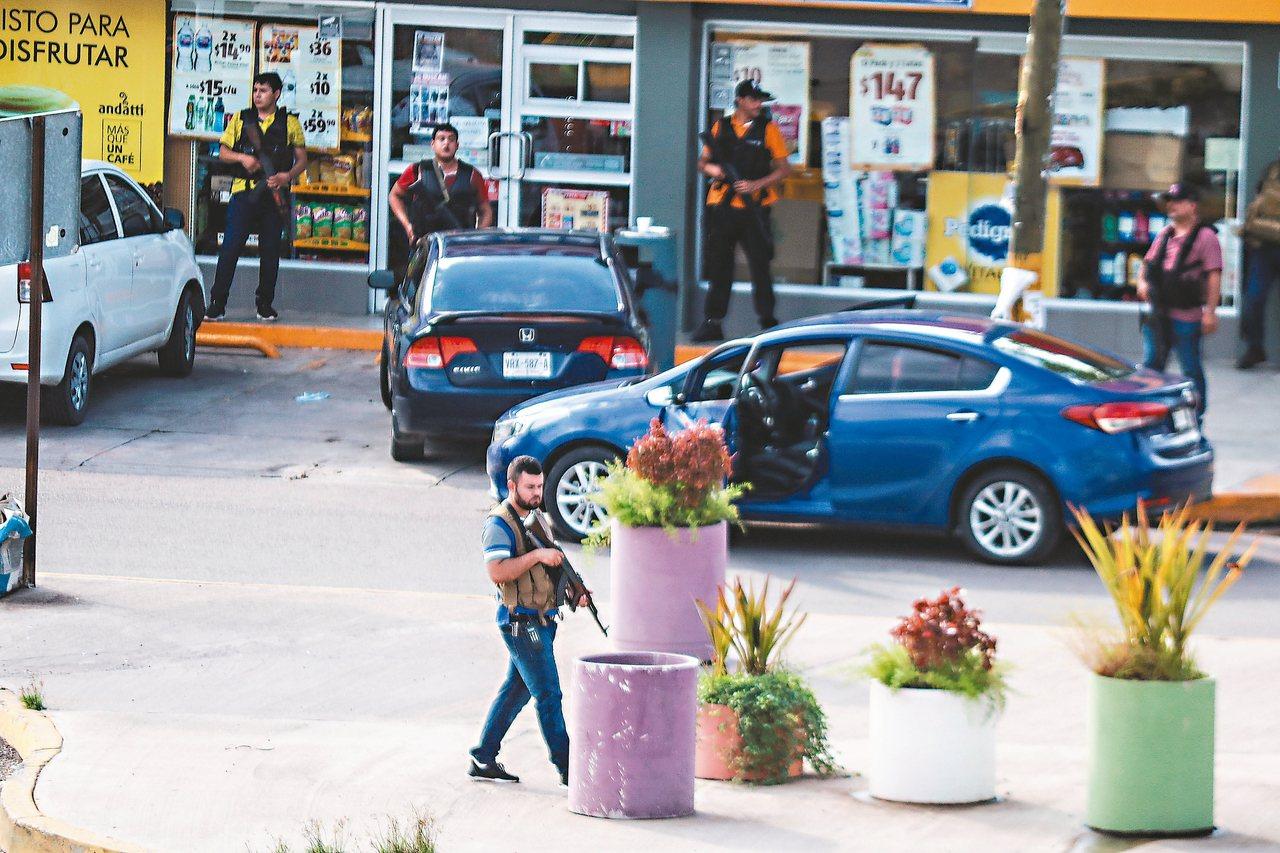 販毒集團的槍手公然在大街上與警方對幹,氣焰囂張。 (路透)