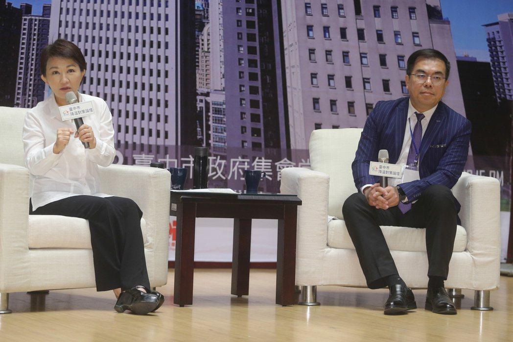 中市長盧秀燕(左)昨出席由氣象專家彭啟明(右)主持的「降溫對策論壇」時表示,對熱...