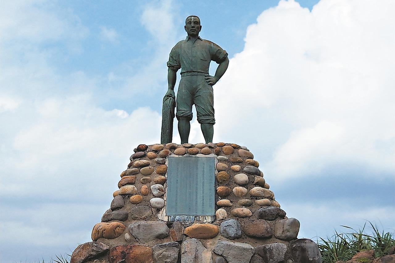 林添禎的雕像豎立在野柳地質公園內,在海邊訴說英勇的故事。 記者游明煌/攝影