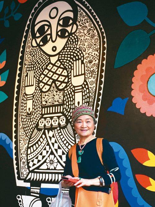 臉書社團「愛玩橘」素人潮嬤楊美月的美照,引發網友讚嘆;77歲的她說,藉由穿衣裝扮...