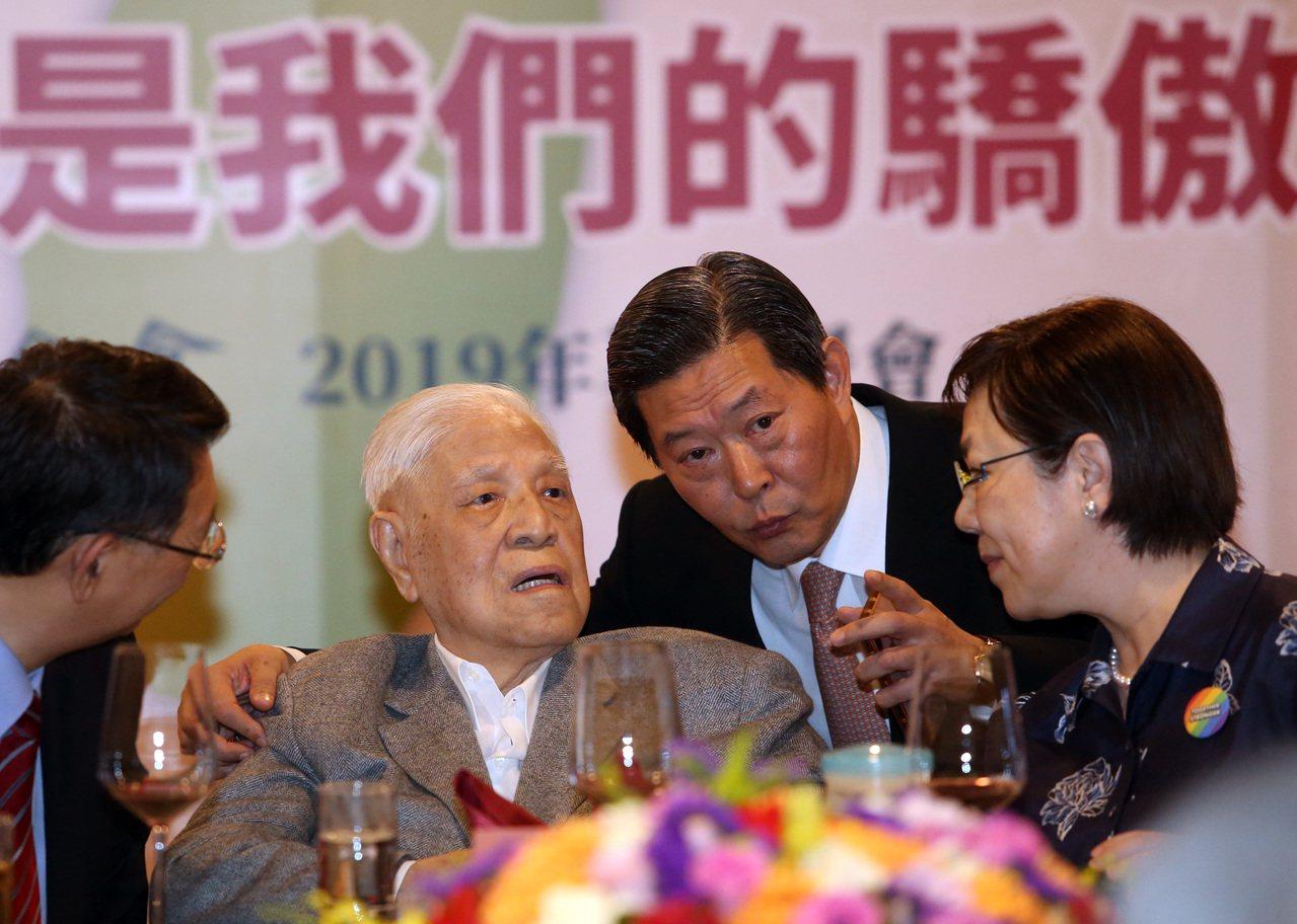 前總統李登輝(左二)昨天出席基金會2019年募款餐會,向與會來賓舉杯致意,並由女...