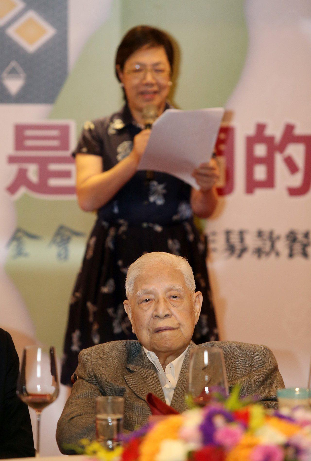 前總統李登輝(前)今天出席基金會2019年募款餐會,向與會來賓舉杯致意,並由女兒...