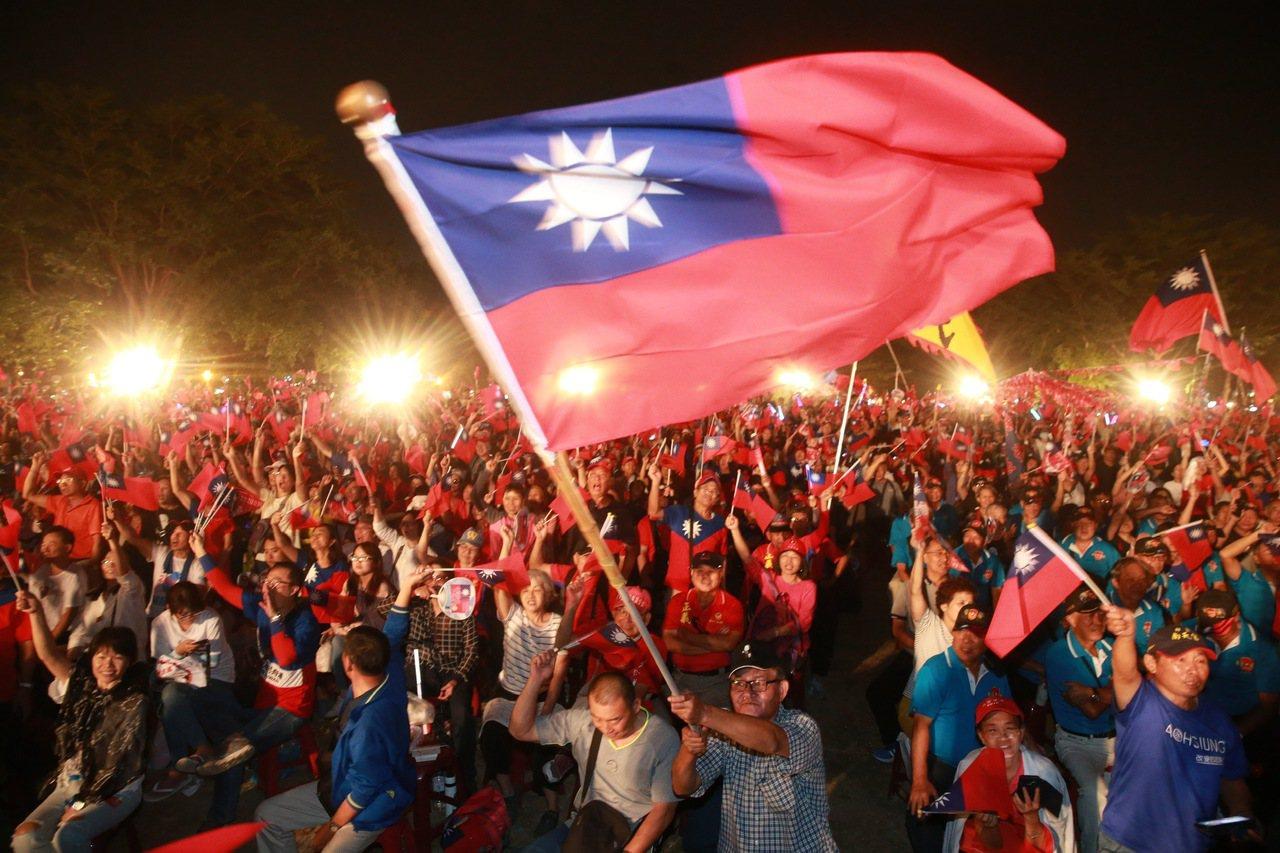 總統參選人韓國瑜在台南舉行造勢晚會,也是韓國瑜請假後第一場的大型造勢晚會現場國旗...