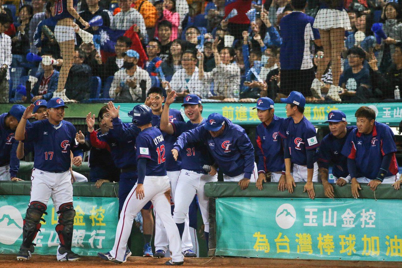 中華第九棒蔡智榆回壘得分後,在休息區與隊友擊掌。記者黃仲裕/攝影