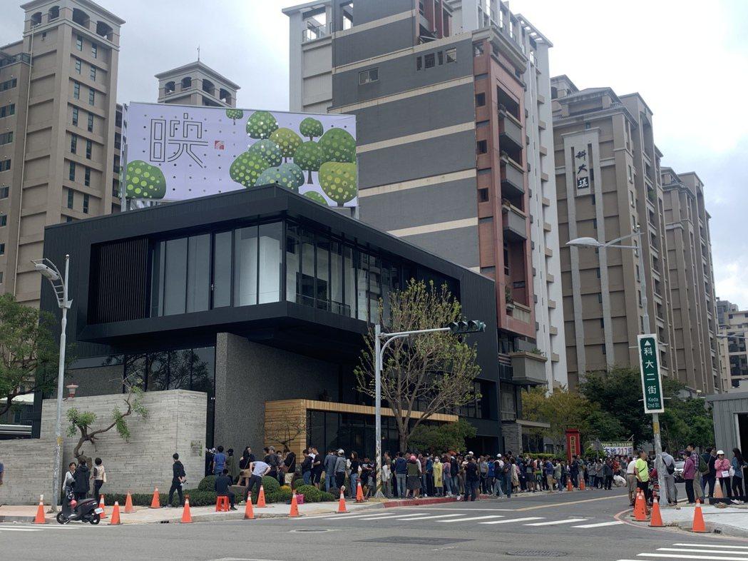 位於竹北科大二街的一處新建案,19日早上10點開賣,前一天清晨5點半就有民眾為了...