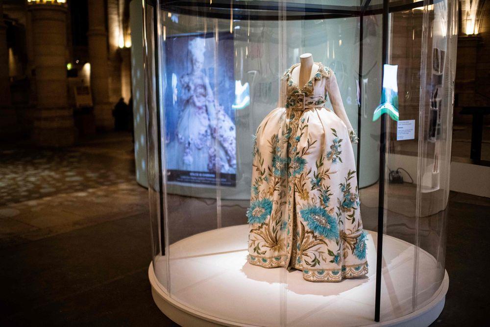 曾是迪奧首席設計師的加利亞諾,其設計的禮服靈感來自瑪麗王后的奢華服裝。(法新社)