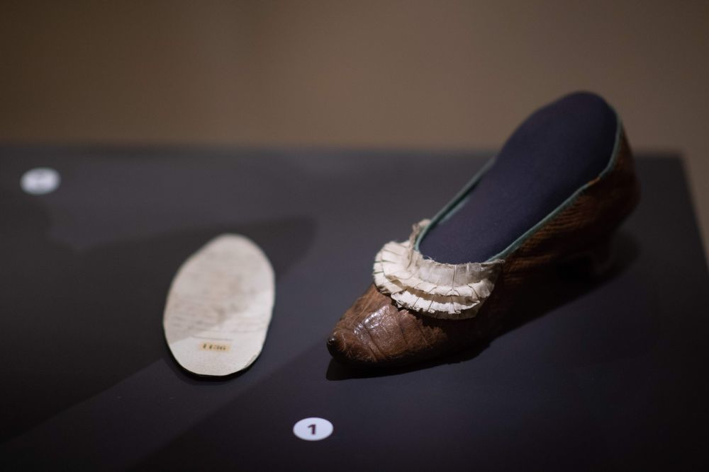 瑪麗王后上斷頭台時遺落的一隻鞋子。(法新社)