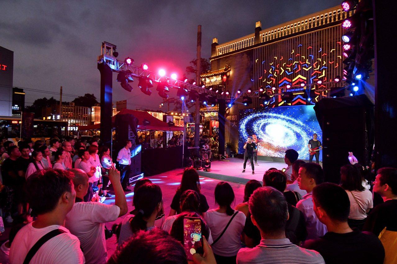 北京市東城區在王府井大街、南鑼鼓巷、簋街等商圈,積極舉辦各類夜間活動。圖為簋街小...