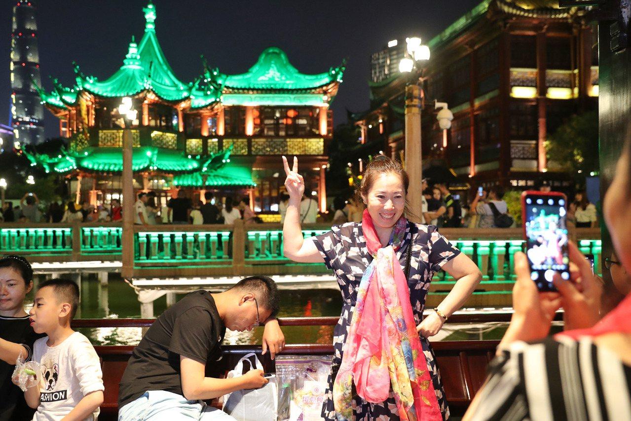 上海希望推動「晚7點至次日6點」夜間經濟發展。圖為上海著名景點豫園,入夜後依然遊...