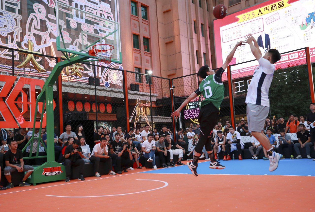 北京王府井早前舉辦的「我要打籃球」大型體育快閃活動,也是北京眾多夜間經濟活動之一...