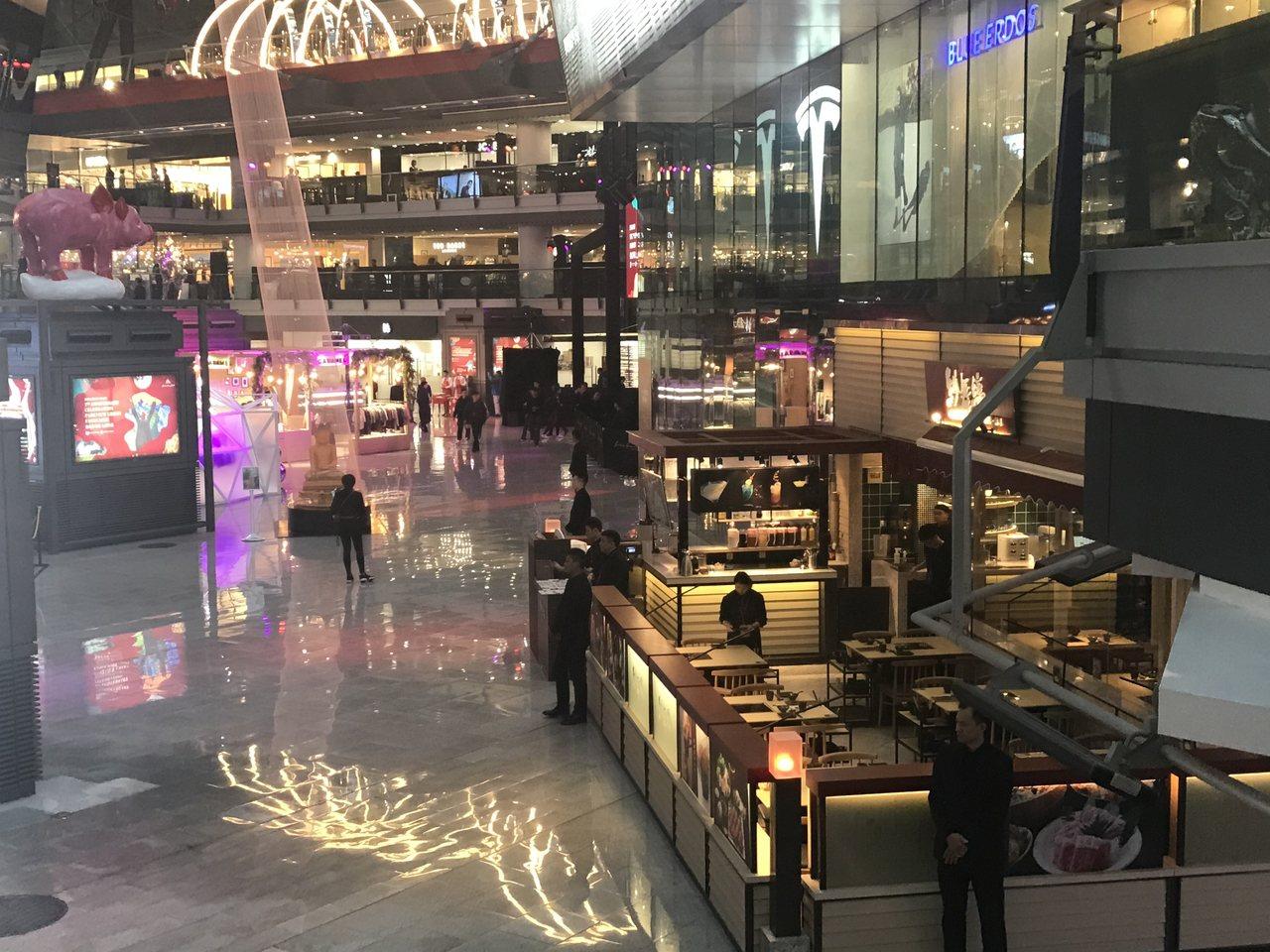 為推動夜間經濟,北京僑福芳草地商場計畫11月起將現有營業時間從晚上10點延長到深...
