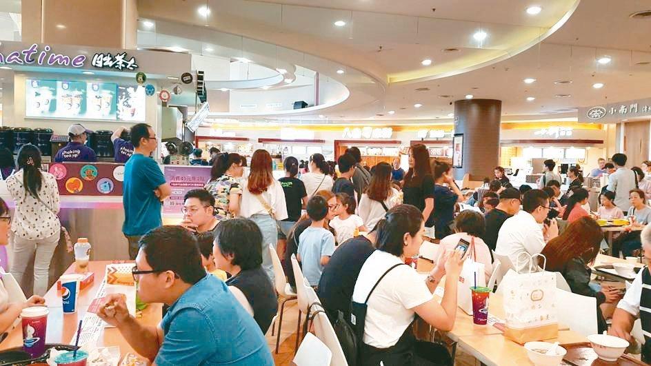 環球購物中心周年慶期間,吸引滿滿人潮。 環球購物中心/提供
