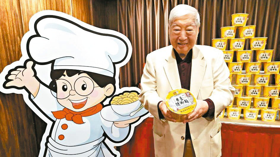 南僑會長陳飛龍昨宣布推出小廚師系列新產品「黃豆豬腳麵」。 記者何秀玲/攝影