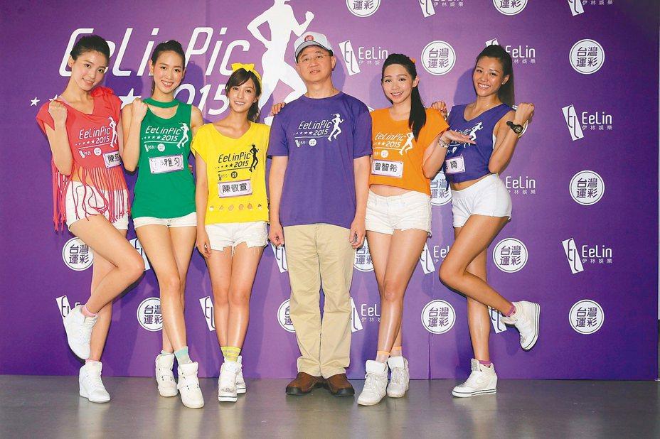 台灣運彩總經理林博泰(右三)與運彩甜心一同推銷運彩。 (本報系資料庫)