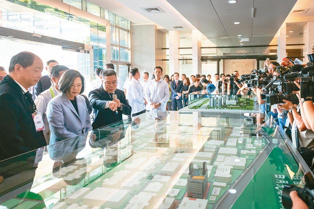 蔡英文總統昨天前往高雄參訪日月光半導體製造公司。 總統府/提供