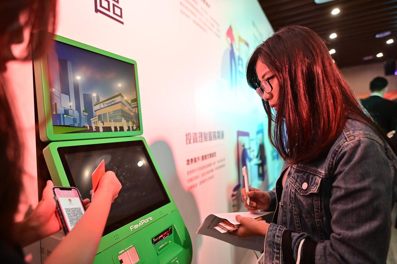 民眾持QR Code至全家FamiPort機台插入晶片金融卡或自然人憑證,即可進...