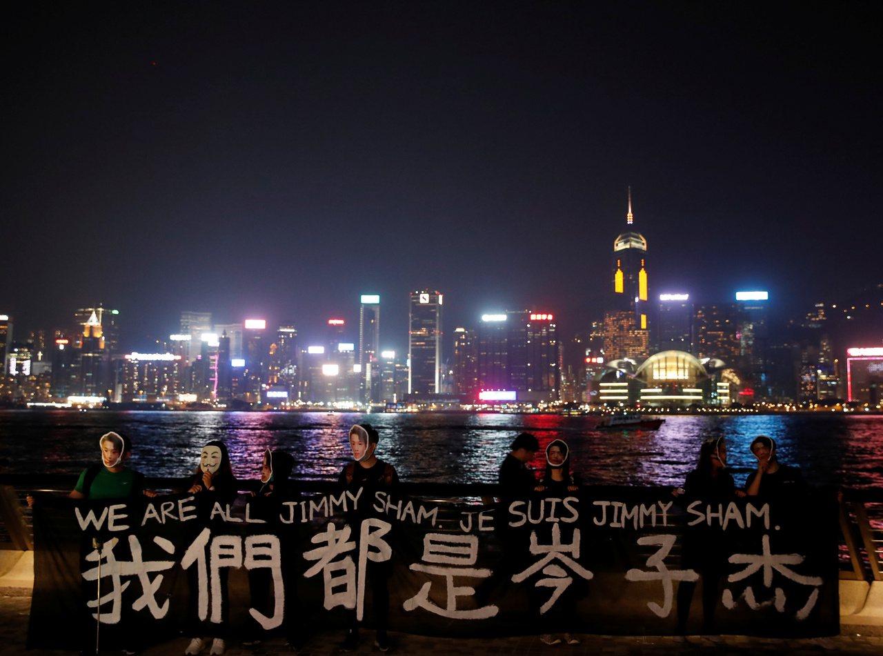 香港本月18日在全港18區發起「和你拖.面具人鏈」行動,藉以表達對《禁蒙面法》的...