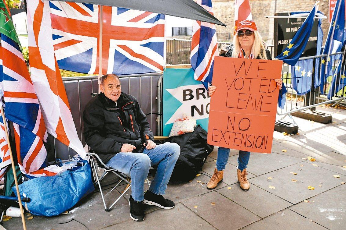 街頭支持脫歐的英國民眾認為,不應該延後脫歐。 美聯社