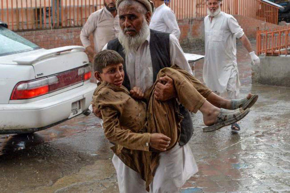 根據阿富汗官員,一間清真寺今天進行禮拜時發生炸彈爆炸事件,死亡人數現已攀升至62...