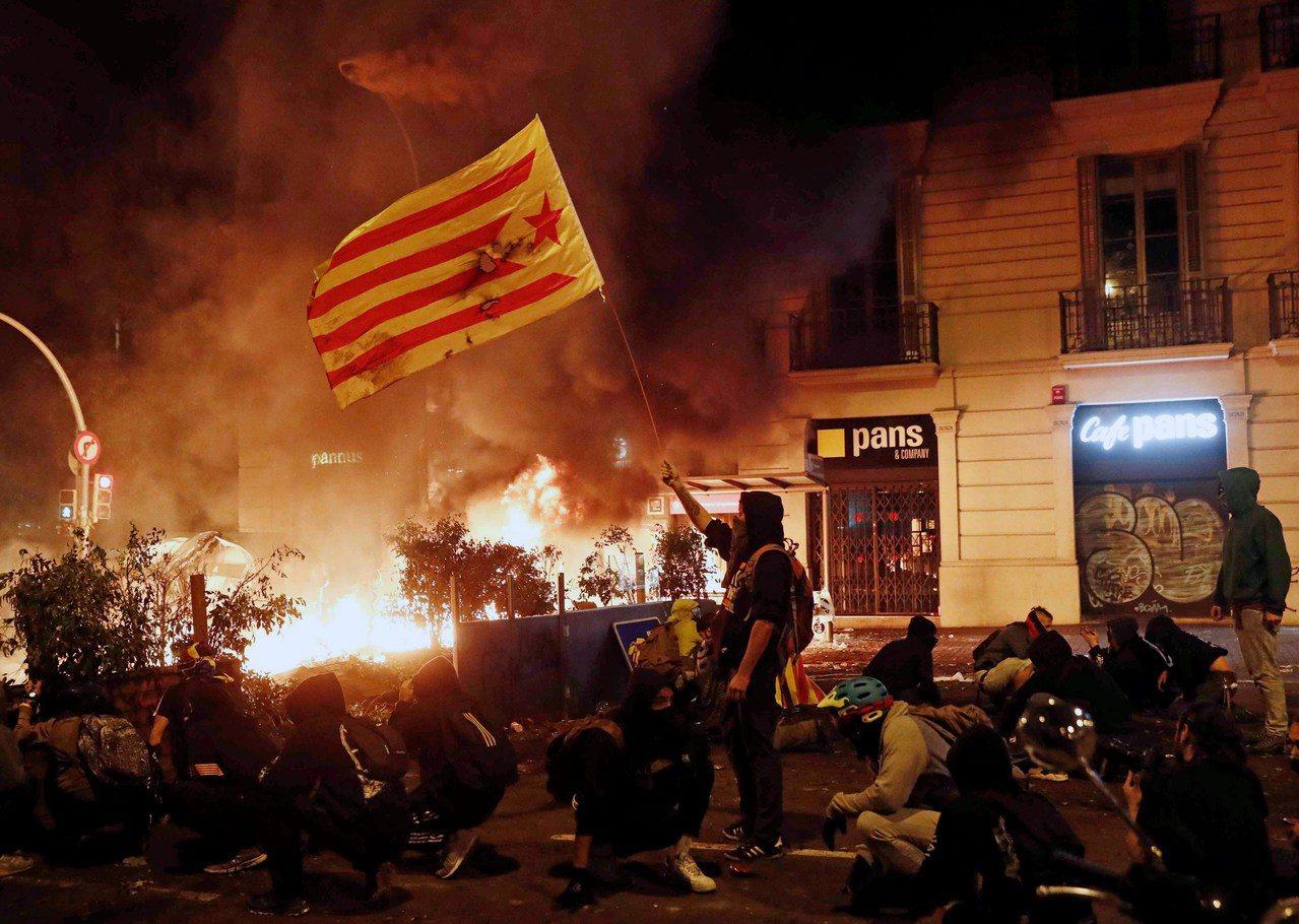 加泰隆尼亞夜間不時出現暴力場面,有人向警方投擲雞蛋和汽油彈。 歐新社