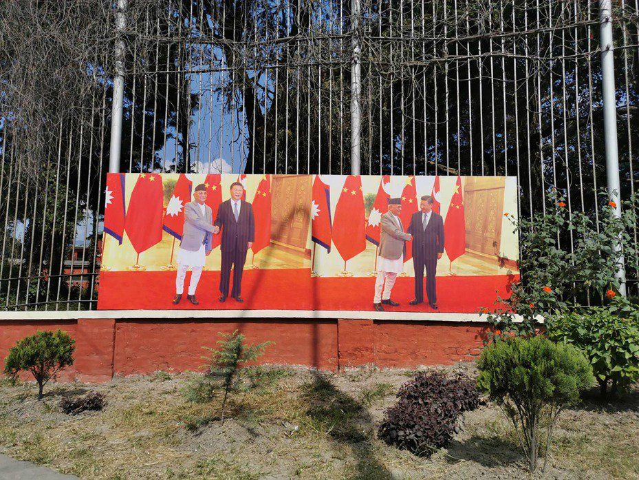 尼泊爾首都加德滿都(Kathmandu)街邊,還留有中國國家主席習近平來訪時,與總理奧利(KP Sharma Oli)握手合影的看板。圖/中央社