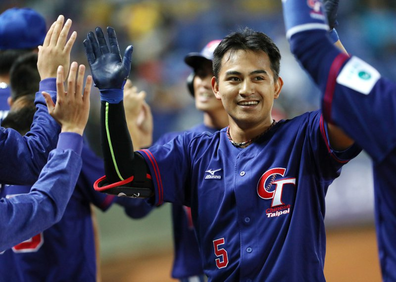 2019第29屆亞洲棒球錦標賽19日晚間在台中洲際球場進行中華對中國的複賽賽程,中華林子偉(右)8局上開轟,一棒送回兩分,擴大雙方比數差距。  中央社
