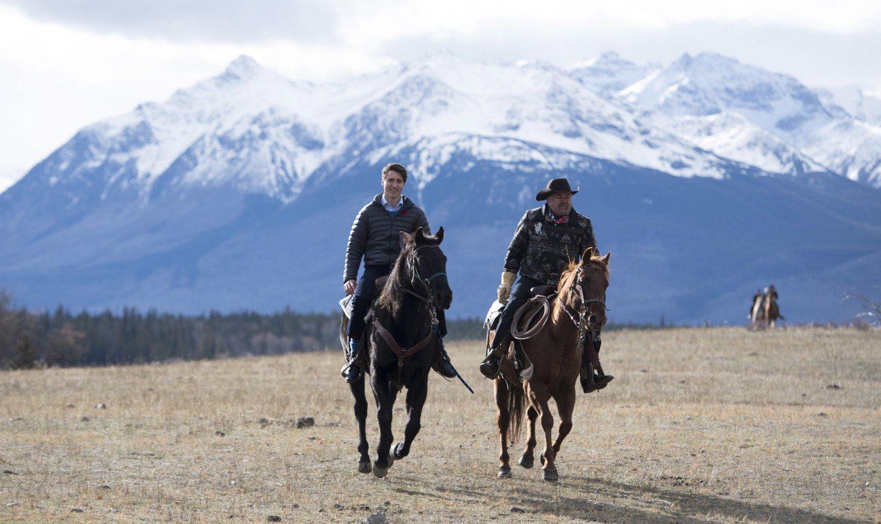 加拿大總理杜魯多(左)去年在該國西部英屬哥倫比亞省的奇爾科湖和當地原住民官員一同...