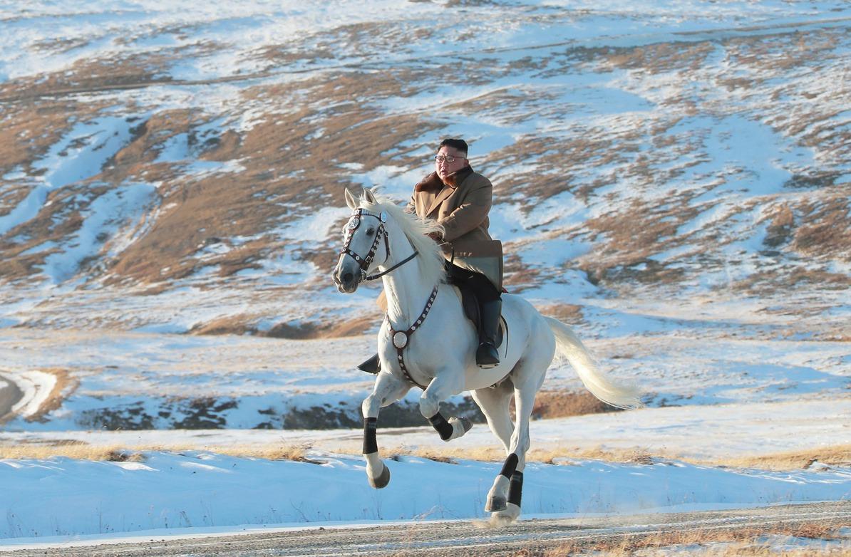 北韓領導人金正恩於16日在白頭山上策馬馳騁。 (路透)