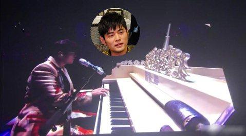 「周董」周杰倫日前巡迴演唱會「嘉年華」已開始,17日的第一站在上海開唱,不過卻有眼尖網友發現,周杰倫在台上表演時,卻把歌詞做成小抄貼在鋼琴上,畫面一出笑翻網友!這幾天有粉絲在微博發文,表示自己在螢幕...