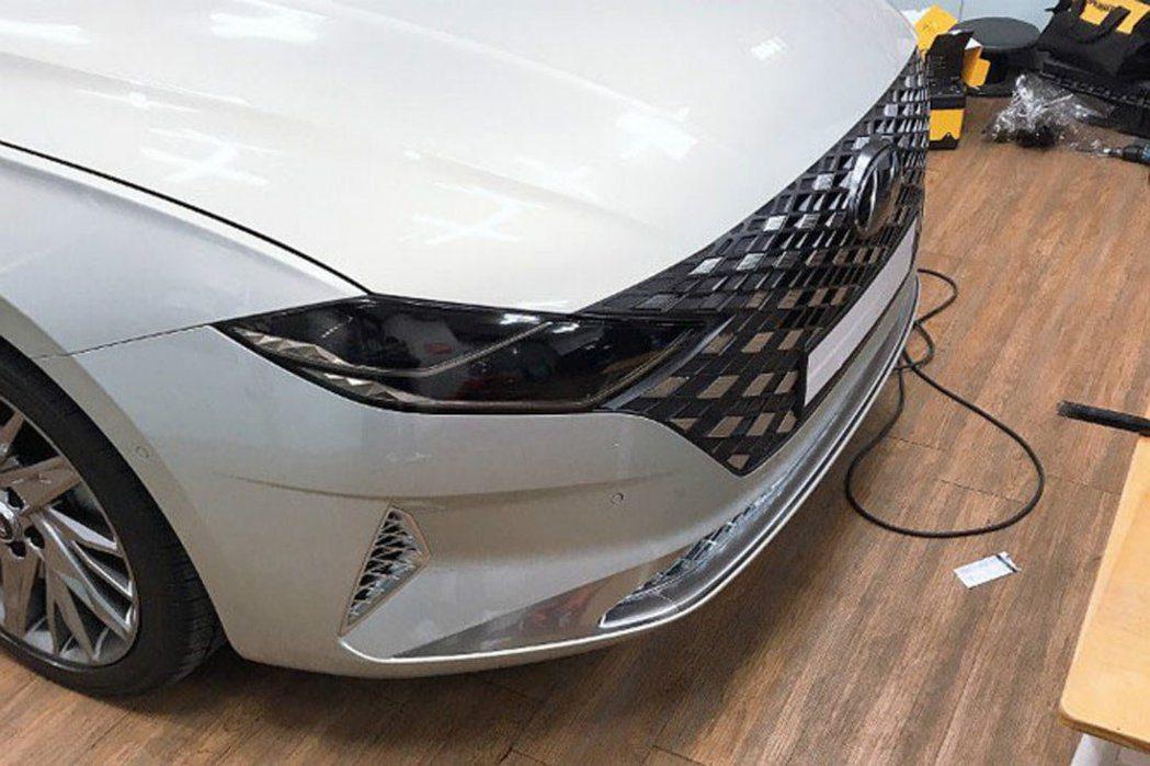 小改款Hyundai Grandeur換上了全新的車頭設計。 摘自Carscoo...