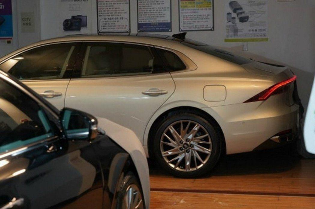 小改款Hyundai Grandeur換上了絢麗的鋁圈造型。 摘自Carscoo...