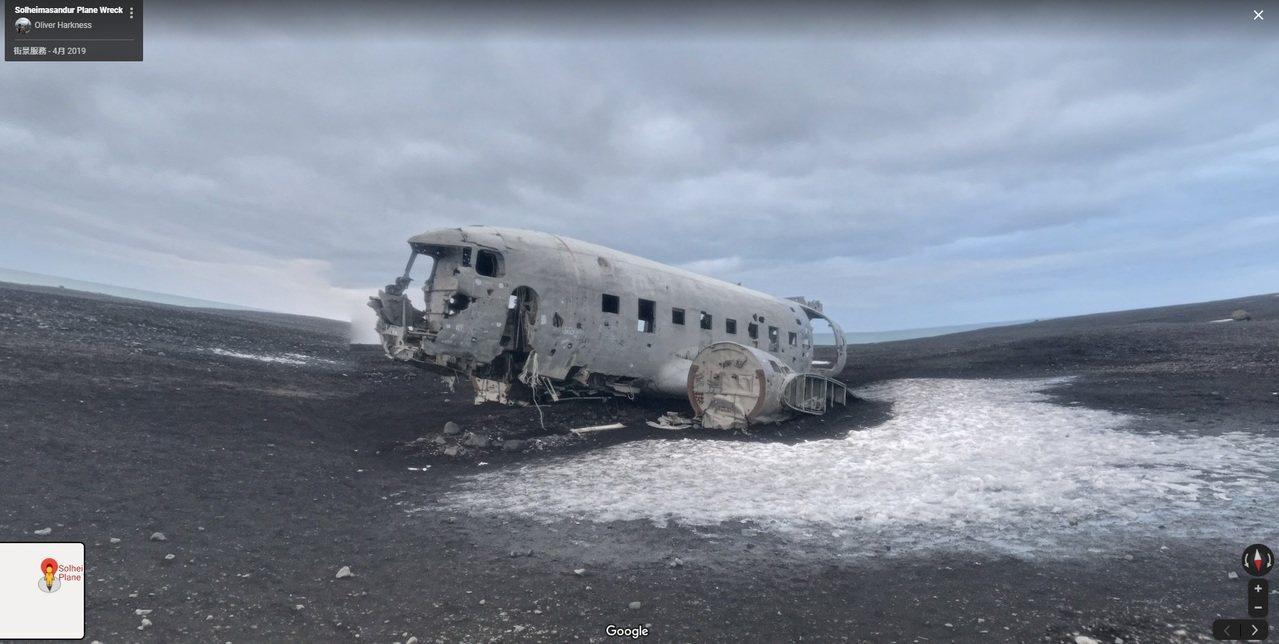 距離飛機殘骸3公里外的入口處,有告示列明「不准攀爬飛機」。圖翻攝自Google ...