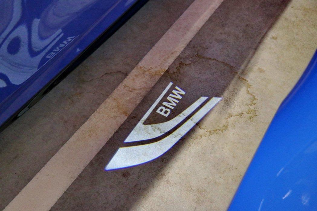 M135i xDrive的後視鏡駕駛座端更可投射出BMW字樣的迎賓投射燈。 記者...