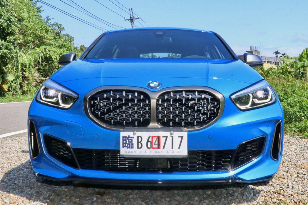 BMW M135i xDrive水箱護罩改為3D立體網狀造型。 記者陳威任/攝影