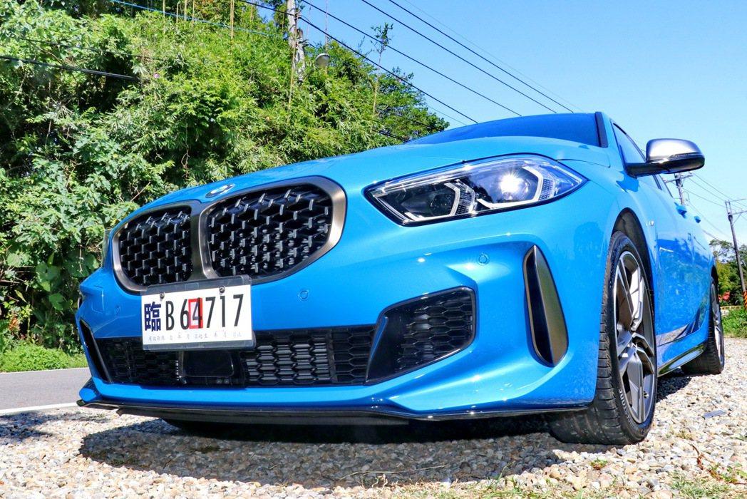BMW M135i xDrive配備M款專屬空力套件。 記者陳威任/攝影