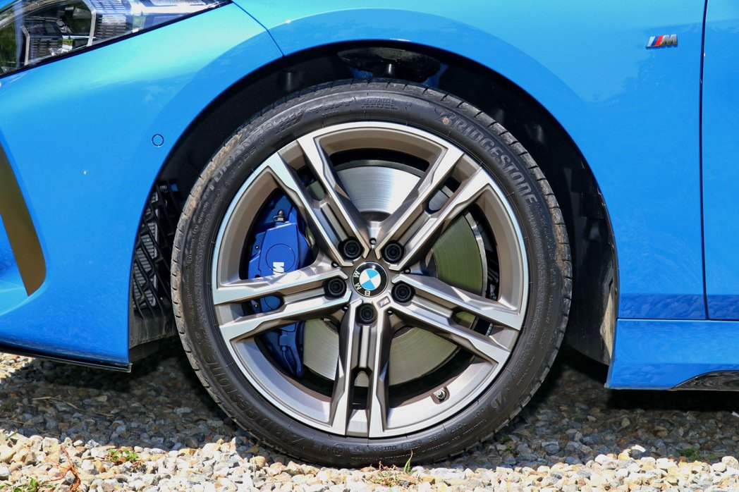 M款專屬18吋輪圈配上藍色的M款煞車套件,配胎為Bridgestone Tura...