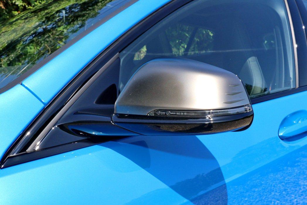 M135i xDrive採用專屬鈦銀色後視鏡外殼。 記者陳威任/攝影