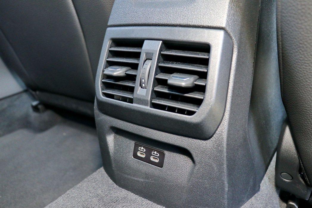 後座也提供冷氣出風口及兩個Type-C插孔。 記者陳威任/攝影