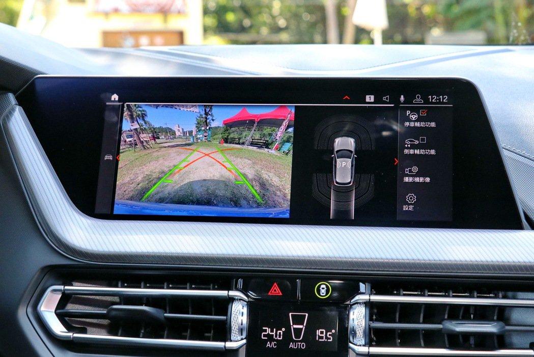 10.25吋中控觸控螢幕提供倒車顯影功能。 記者陳威任/攝影
